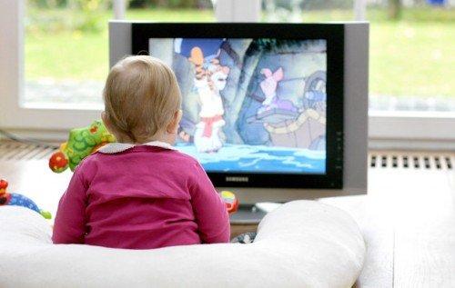 Γονείς : Επιτρέπουν στα παιδιά να βλέπουν τηλεόραση από πολύ μικρή ηλικία